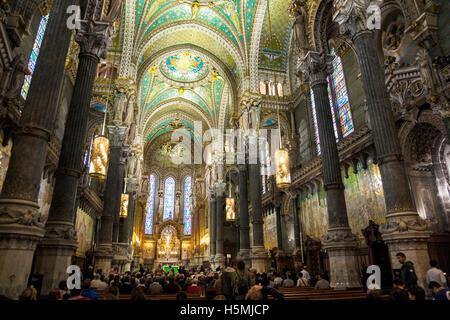 Innenraum der Basilika Notre-Dame de Fourvière, Lyon, Frankreich - Stockfoto