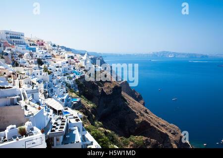 Eine griechische Insel mit den weißen Häusern und den blauen Himmel und Meer. - Stockfoto