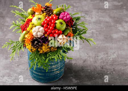 Bunter Strauß von Herbst Blumen und Pflanzen hergestellt. Herbst Dekoration - Stockfoto
