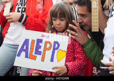 """London, UK. 22. Oktober 2016. Junges Mädchen mit einem Aleppo. Mehrere Hundert Aktivisten inszeniert eine """"Speichern - Stockfoto"""