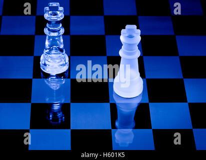 Schachbrett mit Stücke aus Glas - Stockfoto