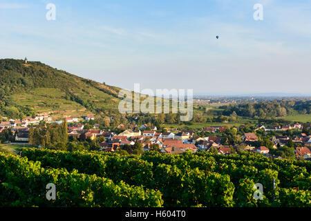 Langenlois: Blick vom Kogelberg Kamptal-Tal, Weinberge, Aussichtsturm Kamptalwarte, Dorf Zöbing, Heißluftballon, - Stockfoto