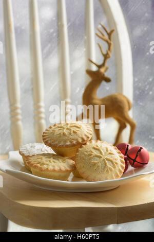 Teller mit Hackfleisch Kuchen für Weihnachten - Stockfoto