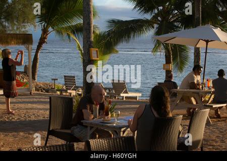 Rarotonga-Insel. Cook Island. Polynesien. Süd-Pazifik. Touristen fotografieren am Meer und genießen den Sonnenuntergang - Stockfoto