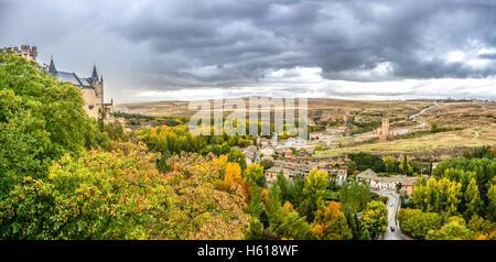 Panoramablick über Segovia Burg (Alcázar von Segovia) in der historischen Stadt Segovia mit dramatische Wolken im - Stockfoto