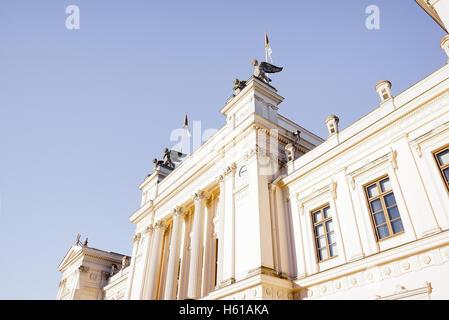 Lund, Schweden, 20. Oktober 2016, Lund Universität Hauptgebäude in der Sonne. Die Fassade mit Säulen gegen blauen - Stockfoto