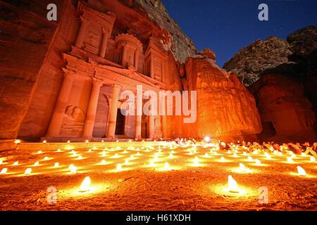 Blick auf die Treasury, Al-Khazneh, in der Nacht mit Kerzen, Petra, Jordanien - Stockfoto
