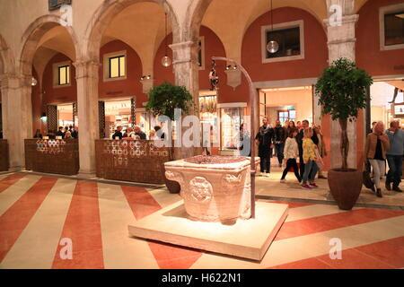 Das Luxus-Einkaufszentrum Fondaco dei Tedeschi in Venedig. - Stockfoto
