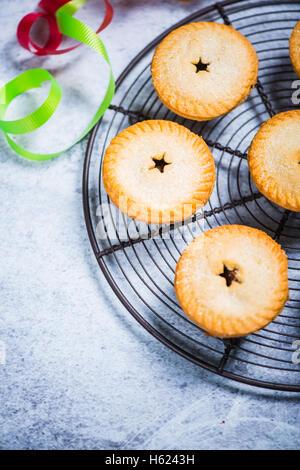 Weihnachten traditionell Hackfleisch / Torten auf Rack-Kühlung - Stockfoto