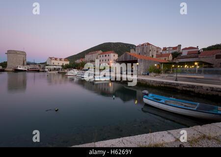 Sonnenuntergang im Hafen von Mali Ston, in Dalmatien, Kroatien - Stockfoto