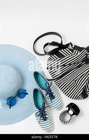Mode-Accessoires in schwarz und weiß und blau - Hut, Kleidung, Schuhe und Tasche, Armbänder und Brillen.