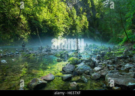 Stein-Türmen Vintgar-Schlucht und Radovna-Fluss in der Nähe von Bled, Slowenien