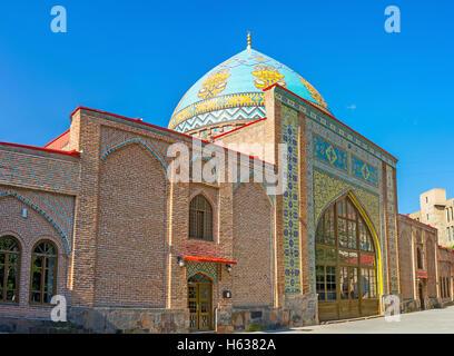 Zentrales Portal der blauen Moschee, mit islamischen Muster auf glasierten Kacheln dekoriert und garniert mit bunt - Stockfoto