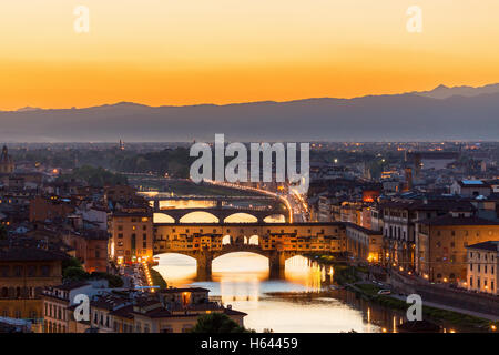 Blick auf Florenz bei Sonnenuntergang mit der Ponte Vecchio Brücke über den Fluss Arno