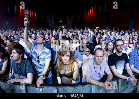 BARCELONA - 19 JUN: Menge Tanz in einem Konzert am Sonar Festival am 19. Juni 2015 in Barcelona, Spanien. - Stockfoto