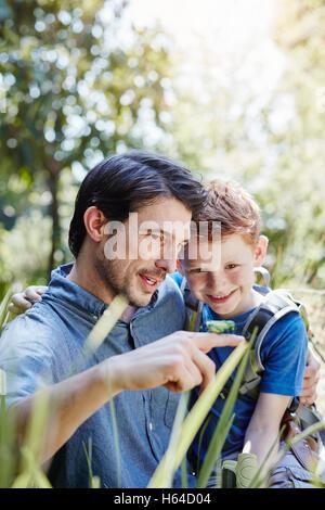 Vater mit Sohn einer Heuschrecke - Stockfoto