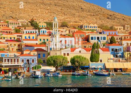 Chalki-Stadt auf der griechischen Insel Chalki abseits der nördlichen Küste von Rhodos in der Dodekanes Inselgruppe, - Stockfoto