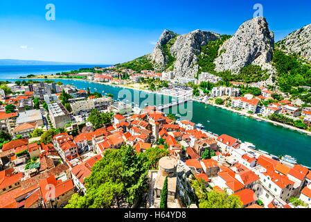 Omis, Kroatien. Dalmatische Küste Panorama mit smaragdgrünen Fluss Cetina, kroatische Reisen Wahrzeichen am Adriatischen - Stockfoto