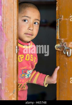 Ladakh, Indien - 17. August 2015: Junge Ladakhi Mädchen hinter Tür in Thardot Choeling Nonnenkloster. - Stockfoto