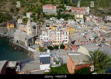 Vernazza, Italien - 4. September 2016: Vernazza Stadt im Tal am Mittelmeer in Ligurien, Italien.  Einer der fünf - Stockfoto