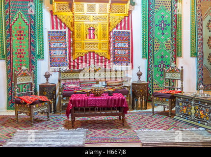 Der reich verzierte Gast Hall in Gouverneurs mit bunte Seide Teppiche an den Wänden und Boden, Kairouan, Tunesien - Stockfoto