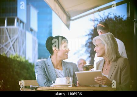 Unternehmerinnen mit digital-Tablette in städtischen Straßencafé - Stockfoto