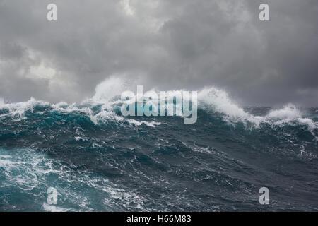 Flutwelle im nördlichen Teil des Atlantischen Ozeans bei Sturm - Stockfoto