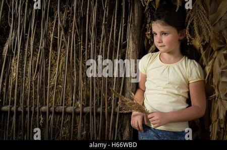 Sieben Jahre im Lande in Mais in der Nähe von einem Holzzaun. - Stockfoto