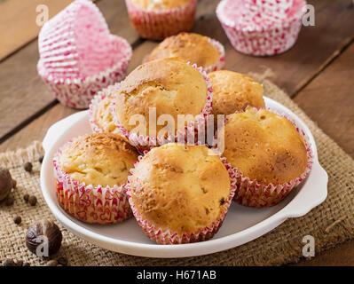 Obst-Muffins mit Muskatnuss und Piment auf einem hölzernen Hintergrund. - Stockfoto