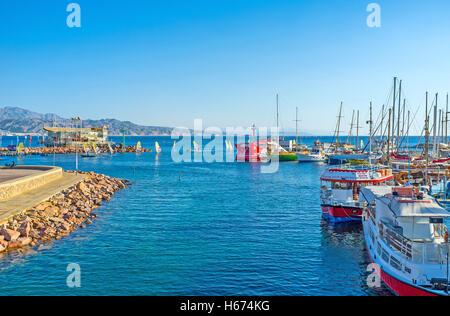 Die Yachten und touristische Schiffe im Hafen mit der Surfbretter, zurück aus den Wettbewerben auf Hintergrund, - Stockfoto