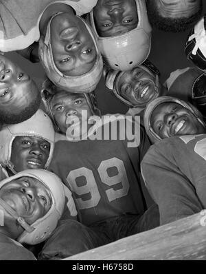 Niedrigen Winkel Ansicht von Fußballspielern im Huddle, Bethune Cookman College, Daytona Beach, Florida, USA, Gordon - Stockfoto