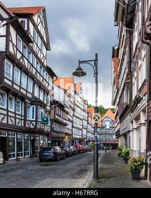 Hann. Hann, Niedersachsen, Deutschland, ziemlich Straße mit historischen typischen Holzhäusern Frame & Geschäfte - Stockfoto