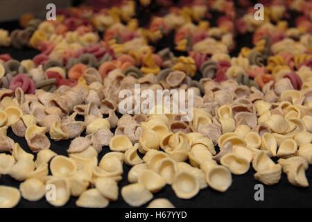Farbenfrohe italienische Teigwaren Sortiment auf Tisch, Orecchiette Pugliesi - Stockfoto