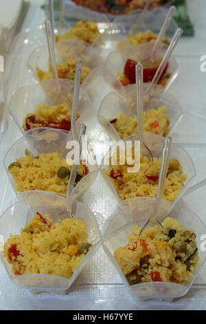 Mini-Portion Couscous mit buntem Gemüse - Stockfoto