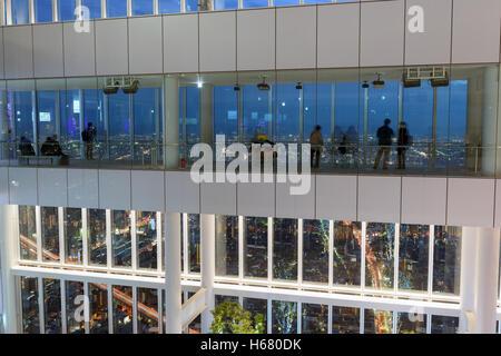 Osaka, Japan - Decemeber 2, 2015: Touristen genießen die Nachtansicht von Osaka Skyline am oberen Rand der Abeno - Stockfoto