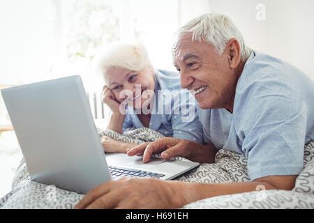 Älteres Paar mit laptop - Stockfoto