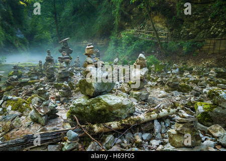Stein-Stacks in Vintgar-Schlucht und Radovna-Fluss in der Nähe von Bled in Slowenien