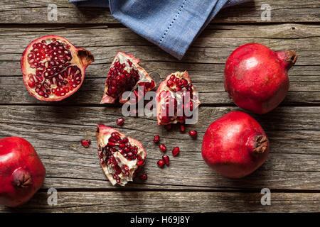 Granatäpfel auf Holztisch - Stockfoto