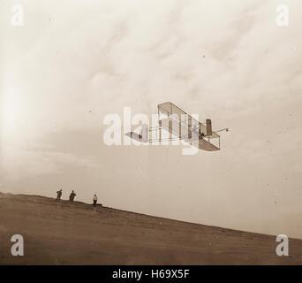 Rechts Vorderansicht der Gebrüder Wright Segelflugzeug im Flug. - Stockfoto