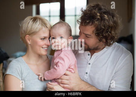 Junger Vater und Mutter ihre süße kleine Tochter hielt - Stockfoto