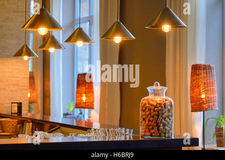 Vintage Edison Hängelampen in Bar - Stockfoto