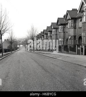 1950er-Jahren, historische, Außenansicht einer ruhigen Londoner Straße zeigt eine Zeile der 1930er Jahre Zwischenkriegszeit - Stockfoto