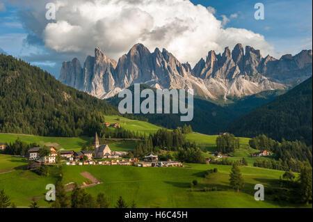 Santa Maddalena Village und den Dolomiten Val di Funes, Italien - Stockfoto