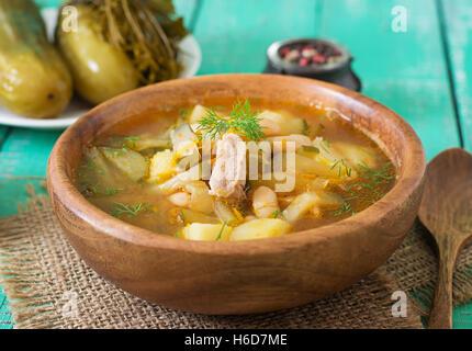 Suppe mit Gurken und Bohnen im ukrainischen Stil - Stockfoto