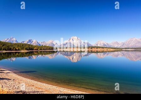 Weitwinkel-Blick auf die Teton Range spiegelt sich in Jackson Lake im Grand Teton National Park in Wyoming - Stockfoto