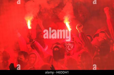Dortmund, Deutschland. 26. Oktober 2016. Fans des 1. FC Union Berlin Licht Feuerwerk in der zweiten Runde DFB-Pokal - Stockfoto