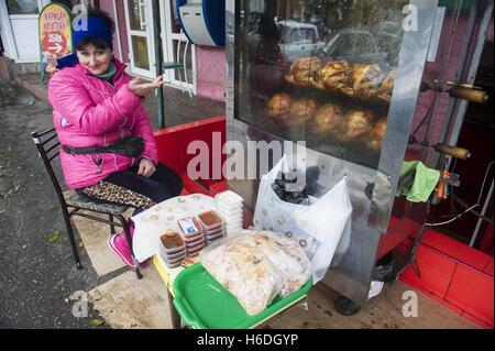 Wladikawkas, Russland. 27. Oktober 2016. Eine Straße Verkäufer verkaufen gegrilltes Hähnchen und Brot in Wladikawkas, - Stockfoto
