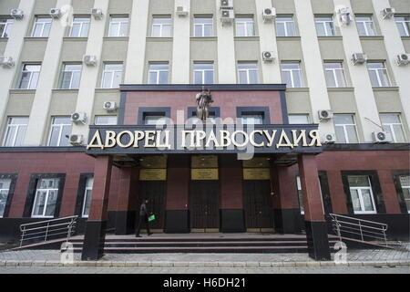 Wladikawkas, Russland. 27. Oktober 2016. Der Justizpalast in Wladikawkas, der Hauptstadt der Republik Nord-Ossetien - Stockfoto