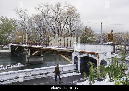 Wladikawkas, Russland. 27. Oktober 2016. Eine Brücke über den Fluss Terek in Wladikawkas, der Hauptstadt der Republik - Stockfoto