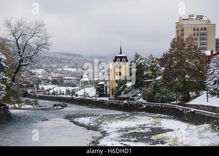 Wladikawkas, Russland. 27. Oktober 2016. Der Fluss Terek in Wladikawkas, der Hauptstadt der Republik Nord-Ossetien - Stockfoto